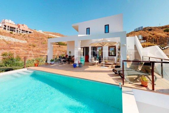 Moderna villa con piscina desbordante y vistas al mar en venta situada en Peñoncillo, Torrox Costa PEV1868